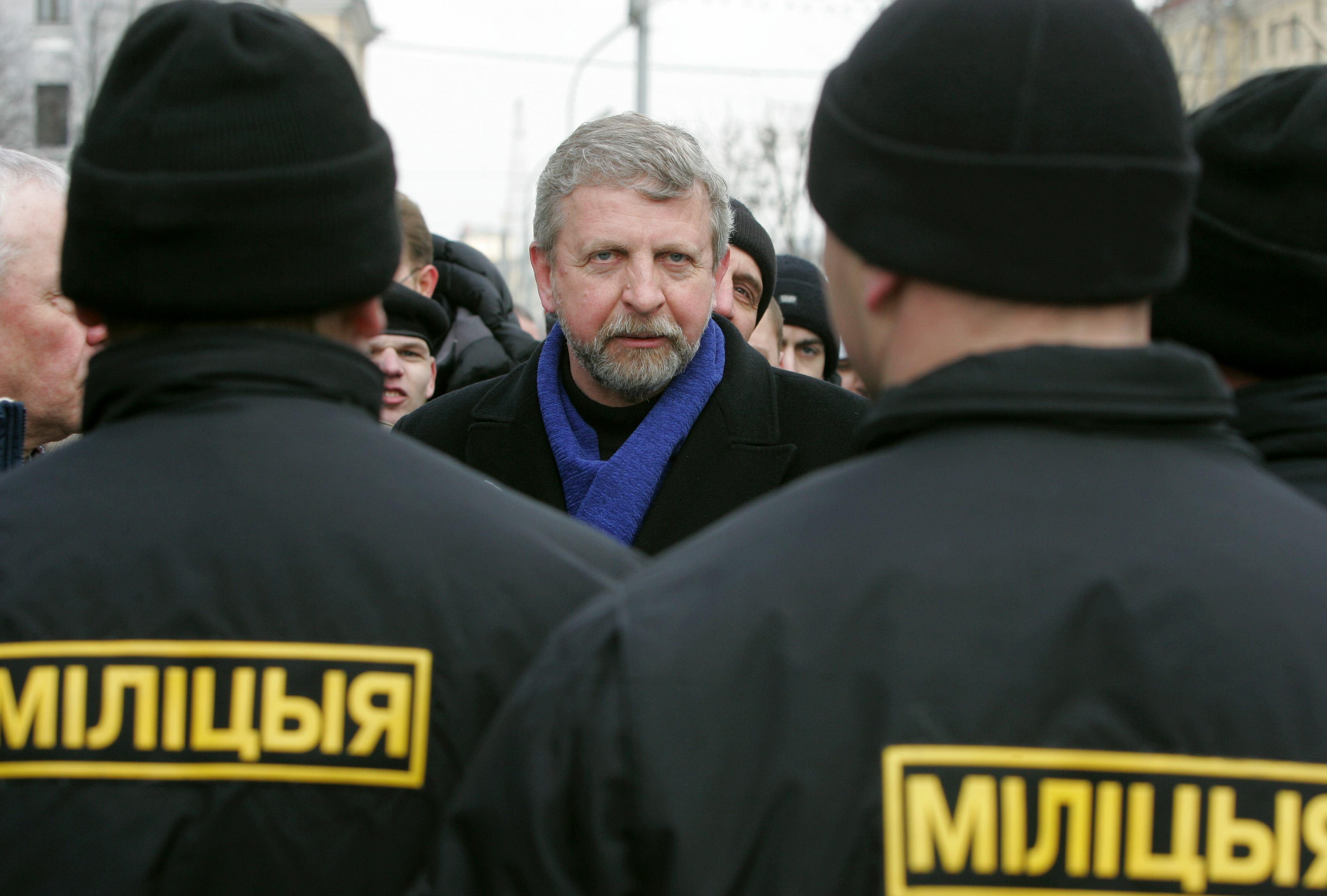 Сбежавшие от силовиков в посольство Швеции белорусы встретились с послом