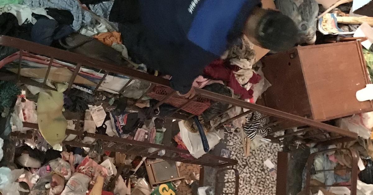 В Петербурге семейную пару ищут под мусорными завалами в квартире