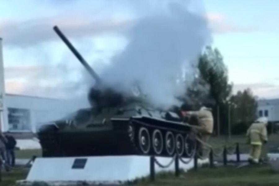 В  Нижегородской области задымился стоящий на постаменте Т-34