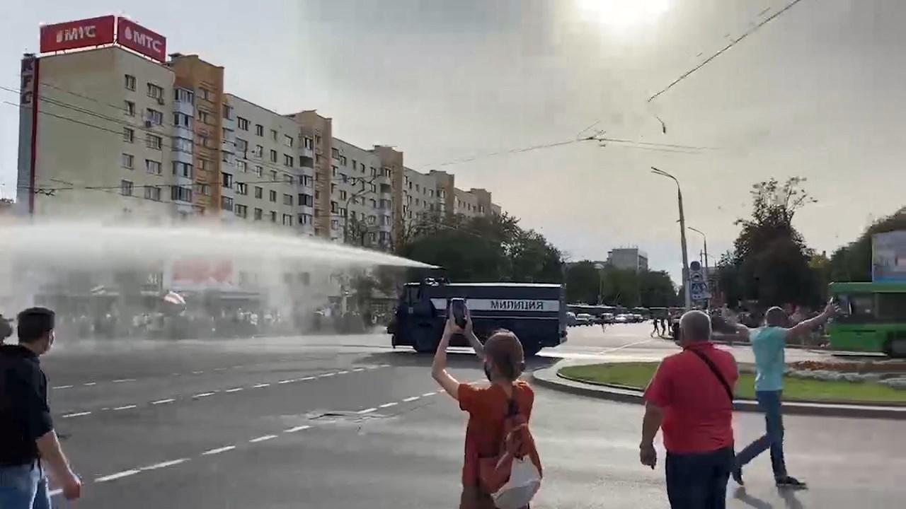 В Минске во время акции оппозиции сломался полицейский водомет
