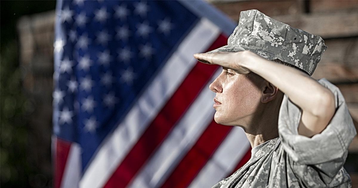 Военнослужащая США пошла в бар с больным горлом и заразила 23 человека