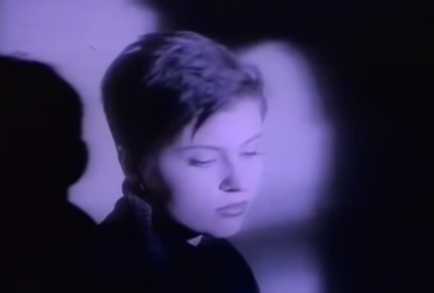 Звезда 90-х Владимирская оказалась связана с сибирскими сектантами
