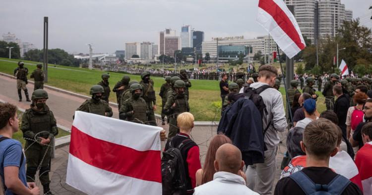 СМИ: в Минске свыше 100 тыс. протестующих идут в сторону базы ОМОН