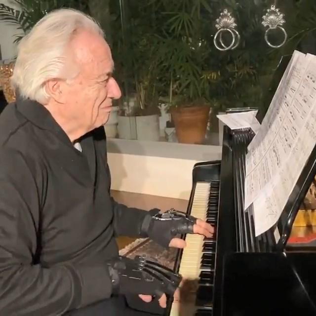Благодаря бионическим перчаткам известный музыкант смог вернуться к пианино