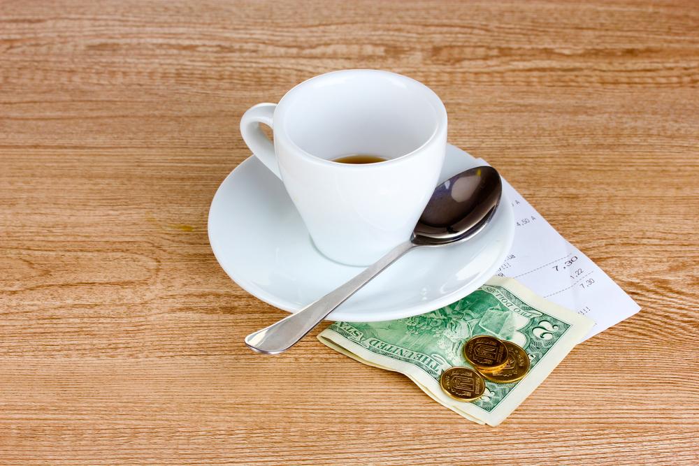 В России барам и ресторанам запретят включать чаевые в чек