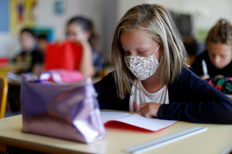 В Минпросвещения не планируют переводить школы на дистанционное обучение