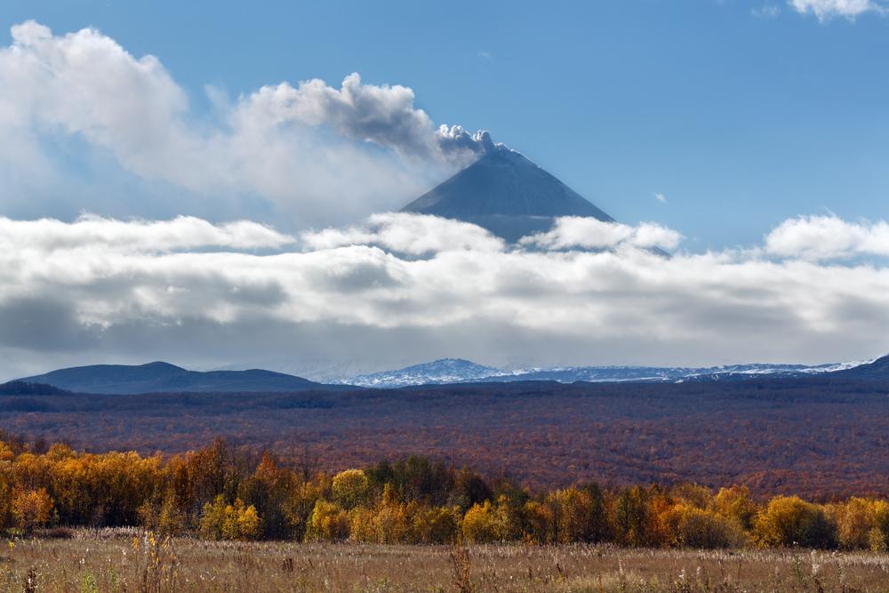 МЧС предупреждает туристов не посещать вулкан Безымянный на Камчатке