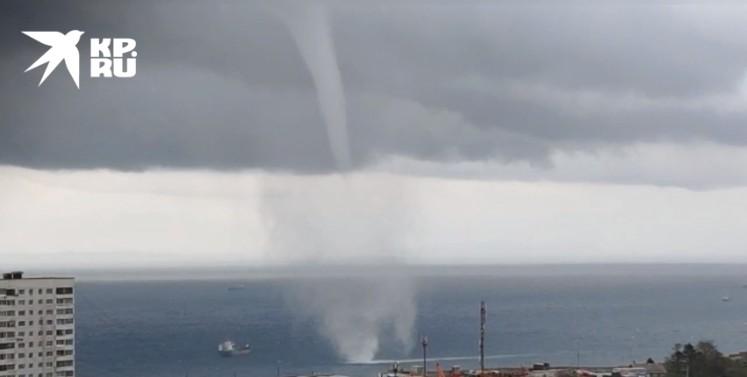 Смерч пронесся над морем во Владивостоке