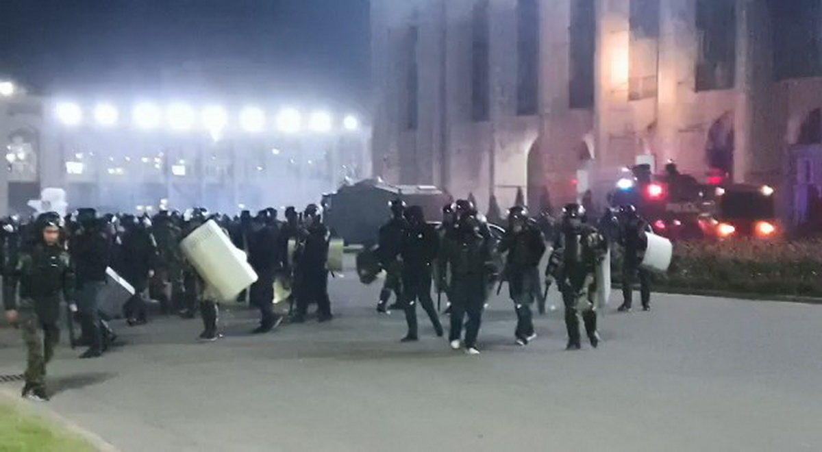 В Бишкеке продолжаются столкновения милиции и протестующих