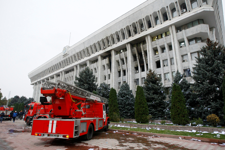 В Бишкеке протестующие захватили парламент и администрацию президента