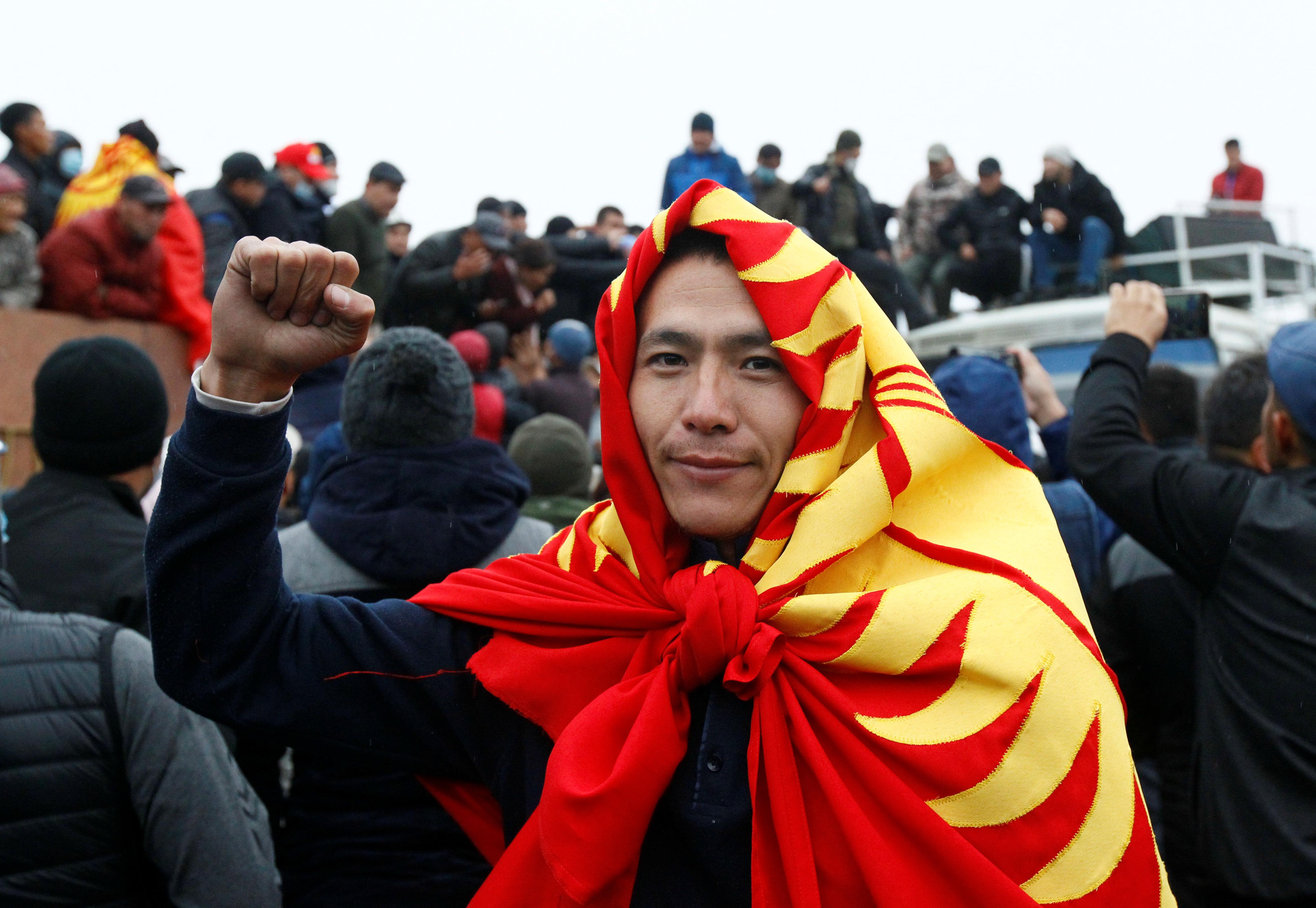 На фоне протестов в Киргизии прошел митинг в поддержку президента