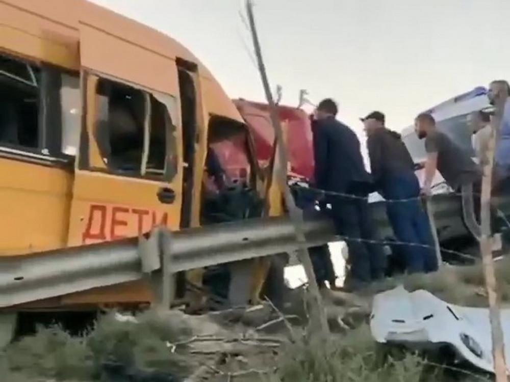В ДТП со школьным автобусом в Дагестане пострадало 10 детей