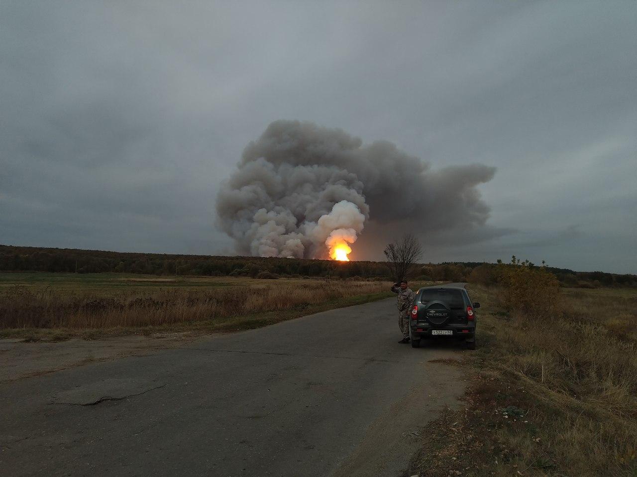 Под Рязанью второй день взрываются боеприпасы на горящем складе