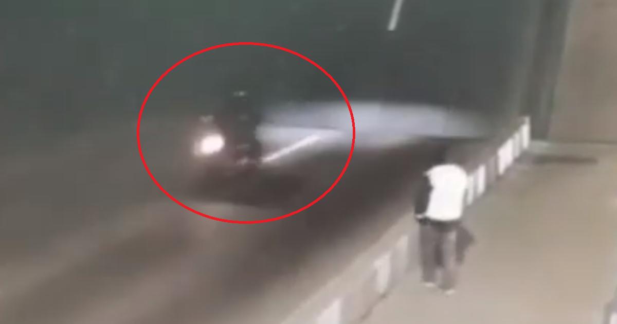 Мотоциклист трагически погиб при разведении мостов в Санкт-Петербурге