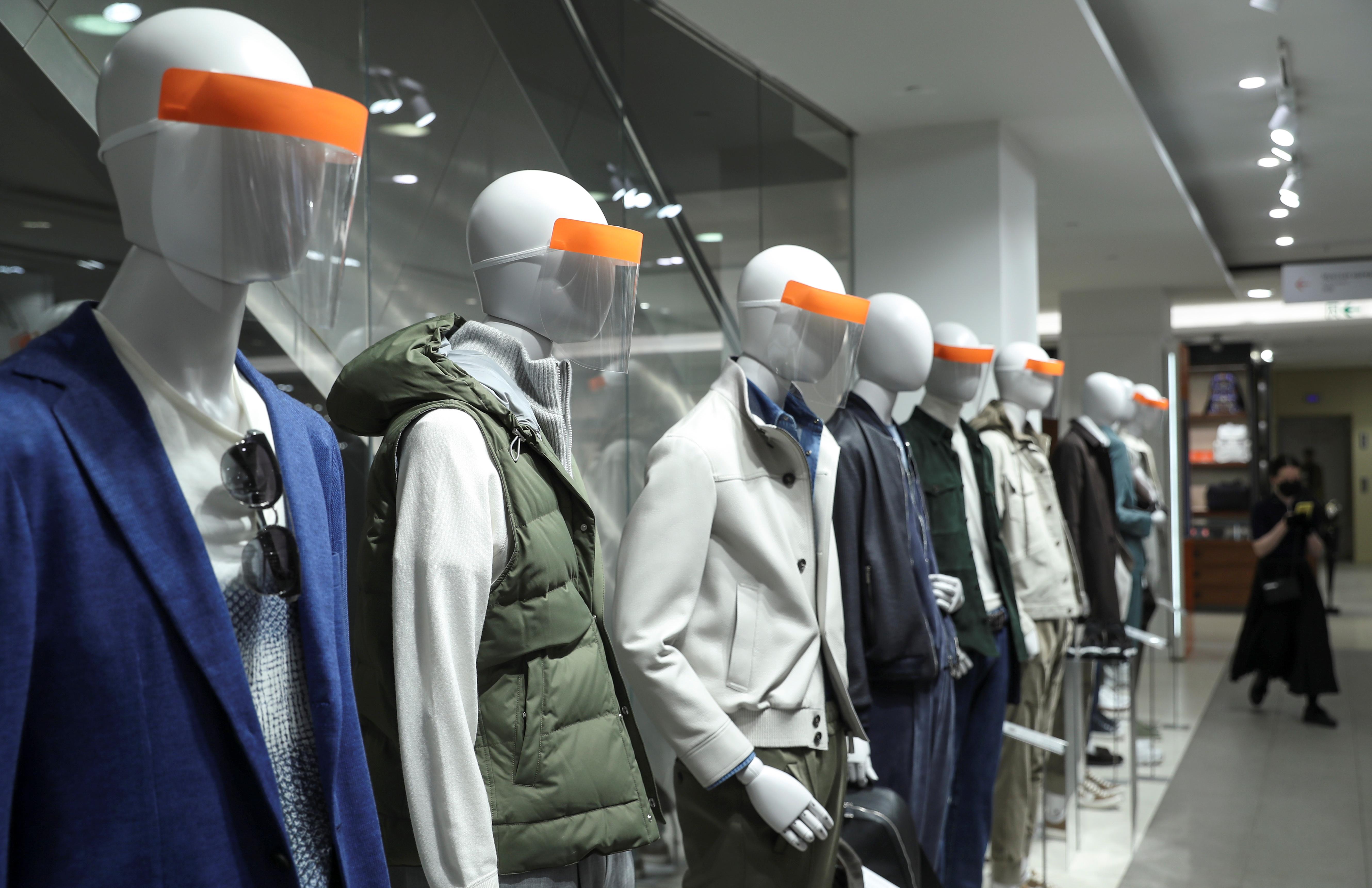 Мантуров разрешил магазинам и кафе работать в пандемию