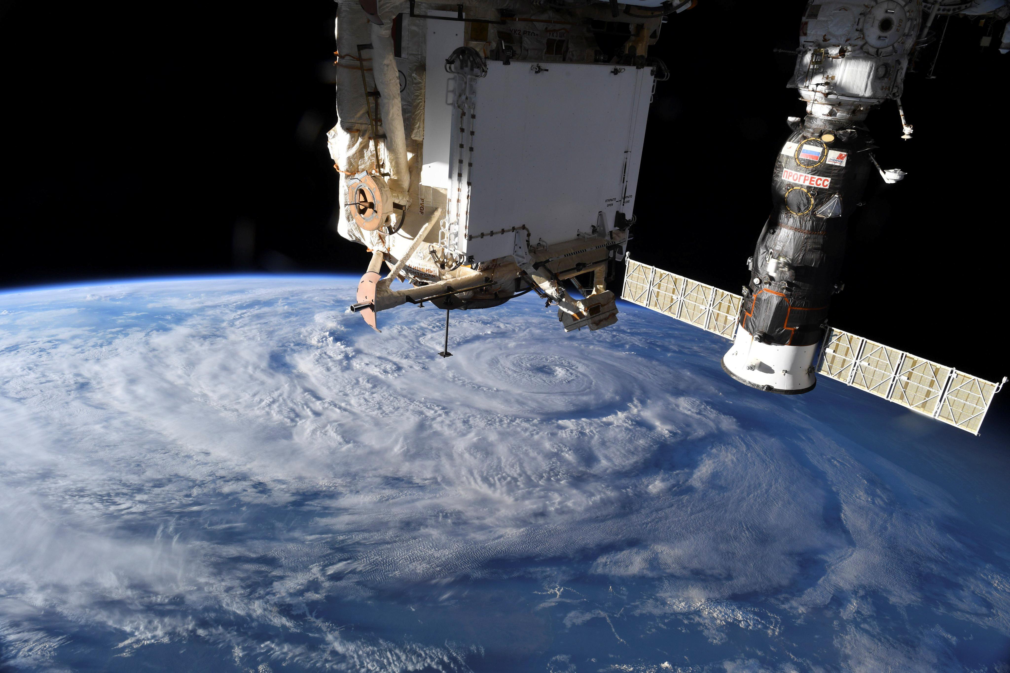 Утечку воздуха на МКС нашли пакетиком чая