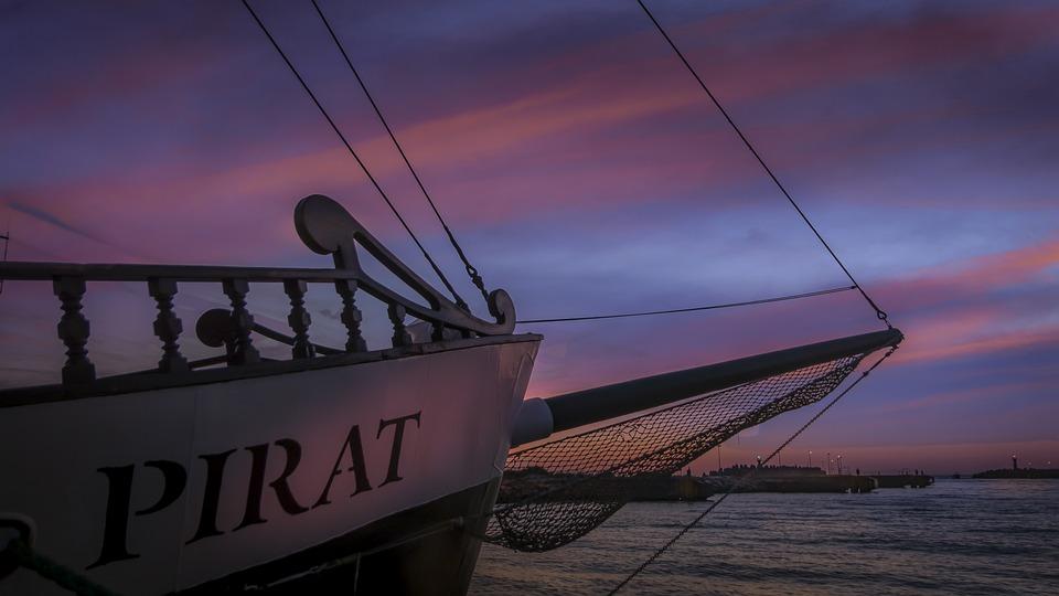 Петербургские морпехи научились брать на абордаж пиратские корабли: видео