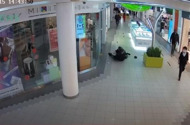 В Петербурге посетитель торгового комплекса подрался с охранником из-за отказа надеть маску