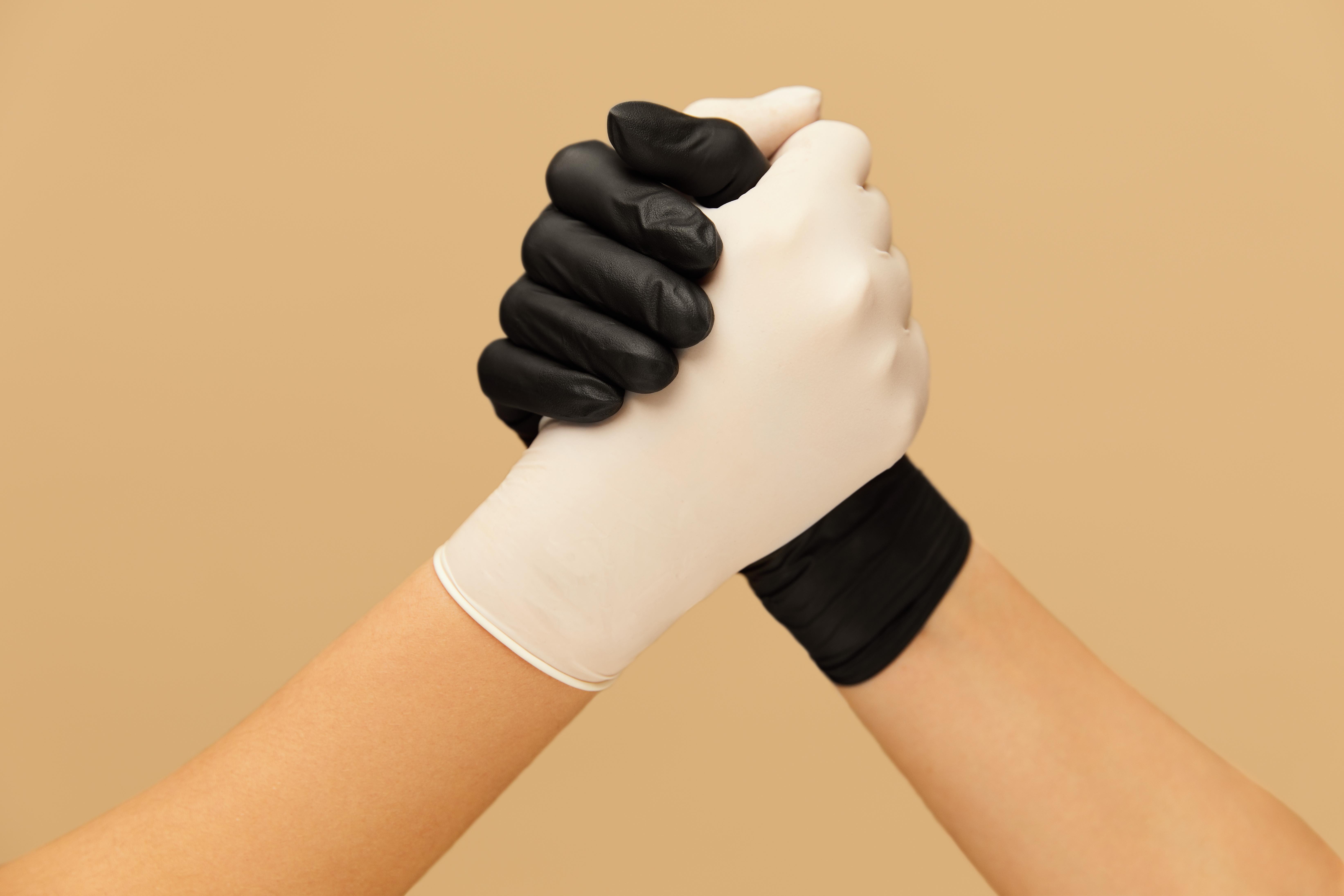 СПЧ попросил Роспотребнадзор обосновать необходимость перчаток в общественных местах