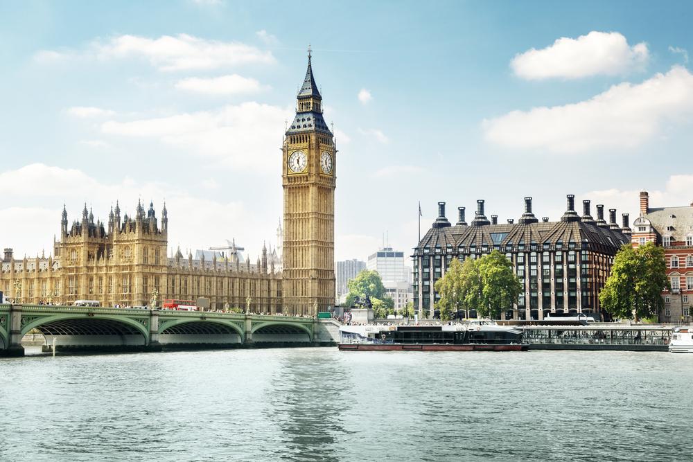 В Британии королева помиловала осужденного, который проткнул бивнем нарвала террориста