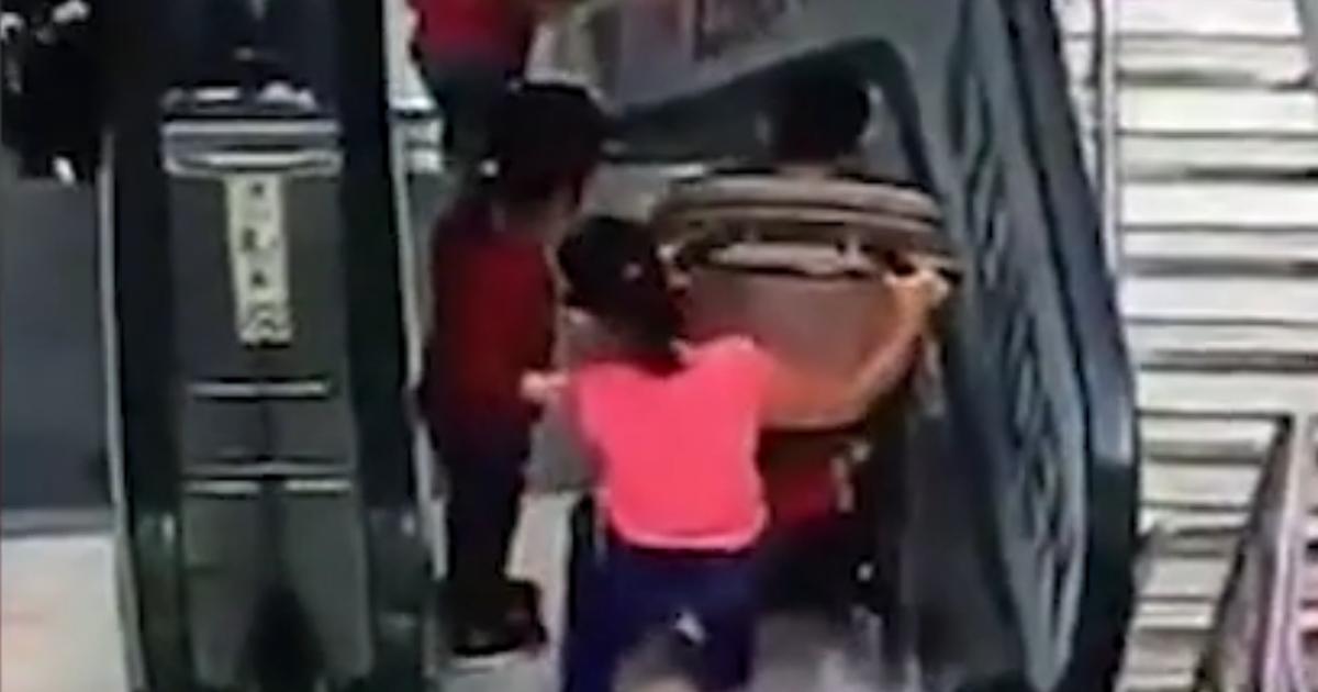 Ребенок в коляске и его сестра упали с эскалатора в московском ТЦ