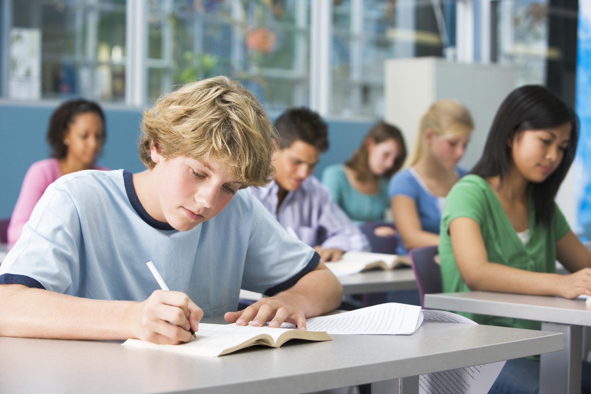 Минпросвещения оптимизирует систему оценивания школьников с нарушением письма и чтения
