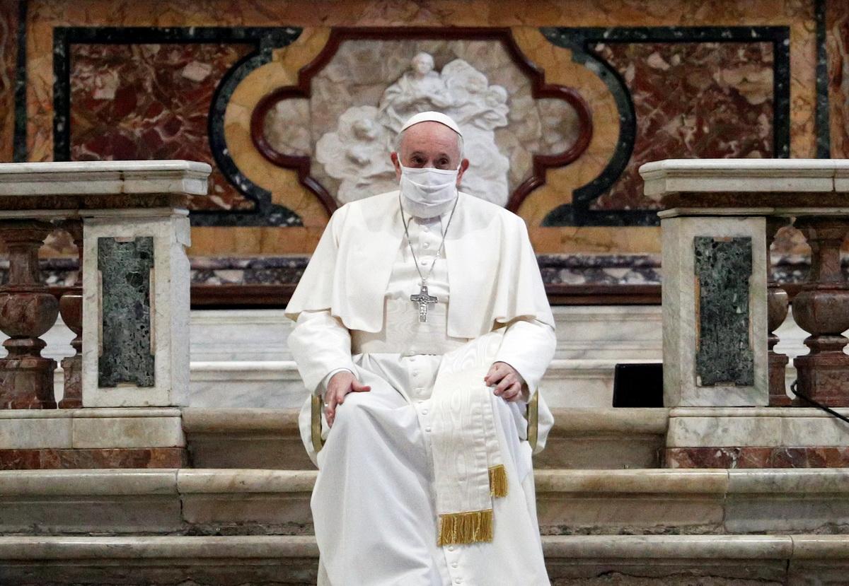 Папа римский впервые надел маску во время молебна