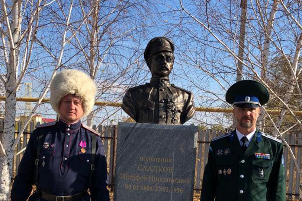 В оренбургском селе на улице Чапаева поставили памятник «победителю» красного комдива