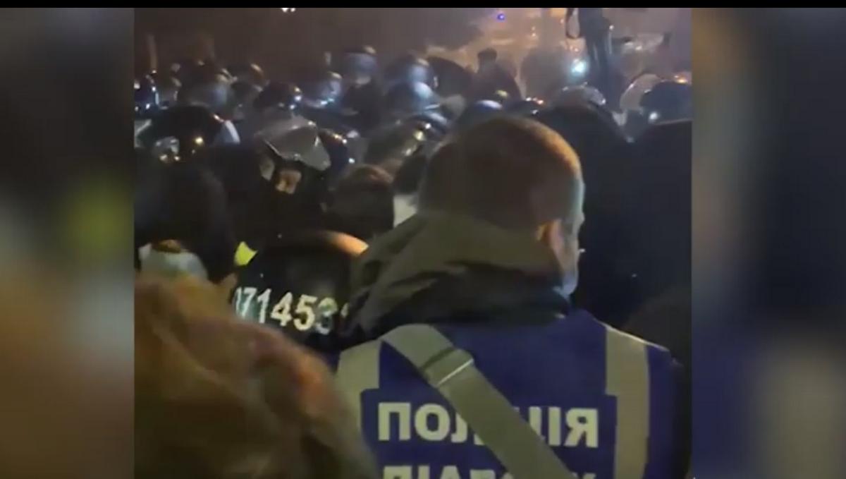 В Киеве у здания суда произошла стычка между полицией и гражданами