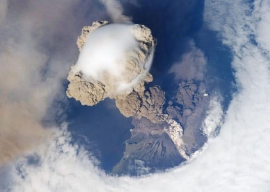 На Камчатке вулканическим пеплом засыпало два населенных пункта