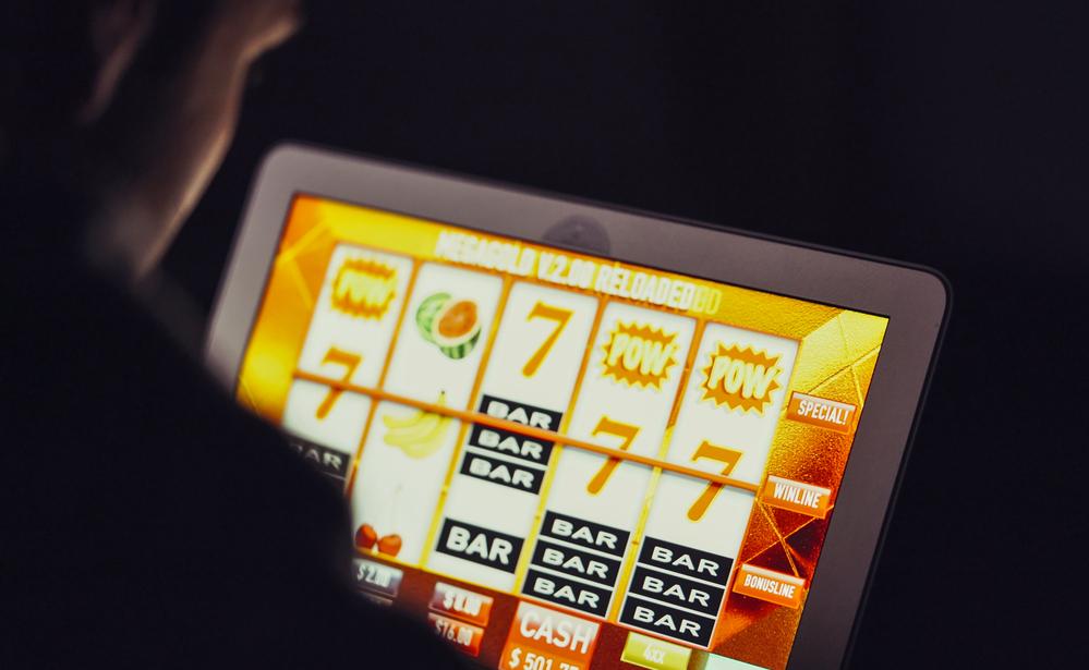 Сотрудница почты на Ямале украла почти 900 тысяч рублей ради ставок в онлайн-казино
