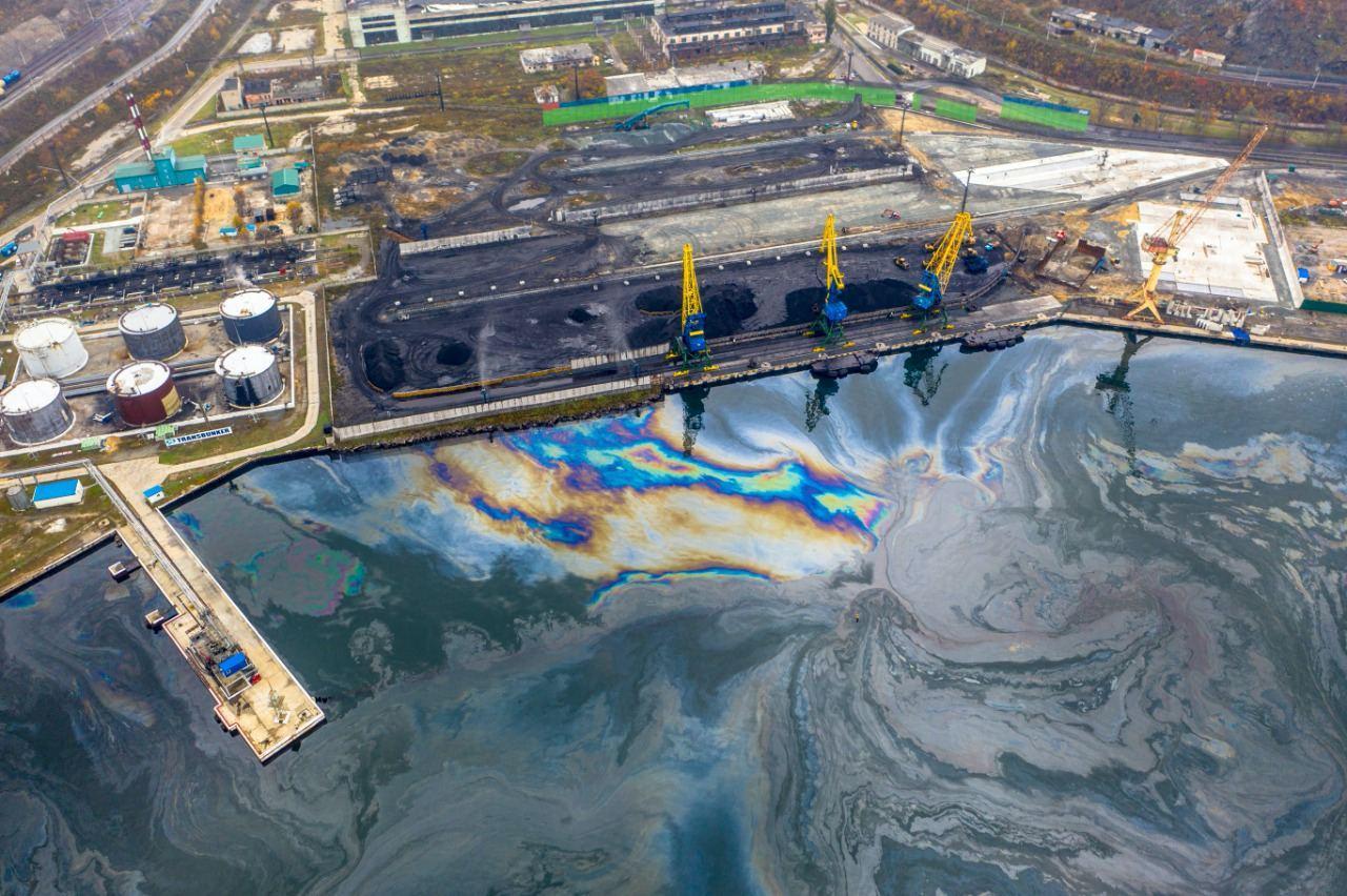 В соцсетях появились снимки последствий экологической катастрофы в порту Находки