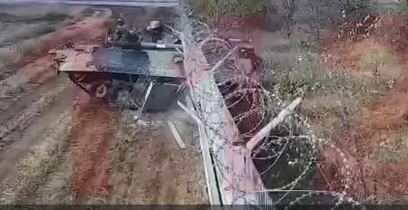 Пьяные солдаты на броневике протаранили бетонный забор и въехали на территорию аэропорта