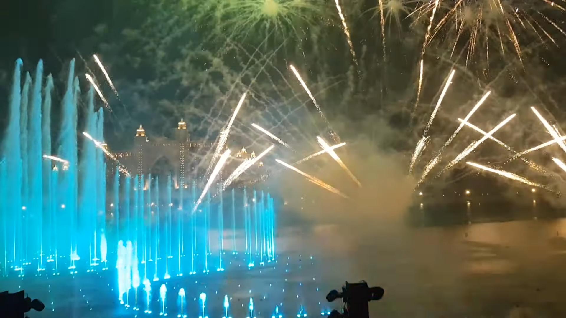 В Дубае открыли крупнейший в мире фонтан