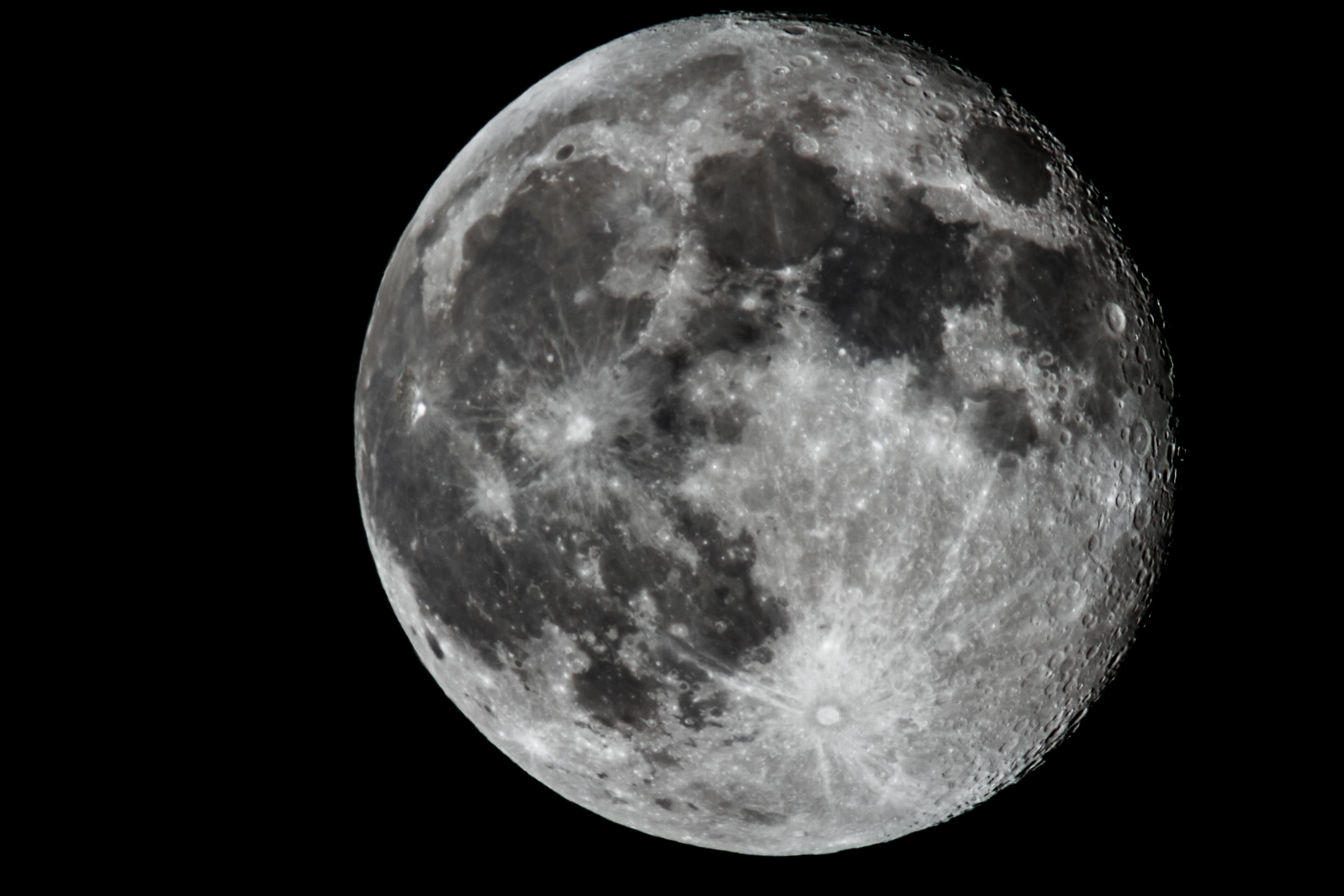 Россия планирует отправлять к Луне экипажи до четырех человек