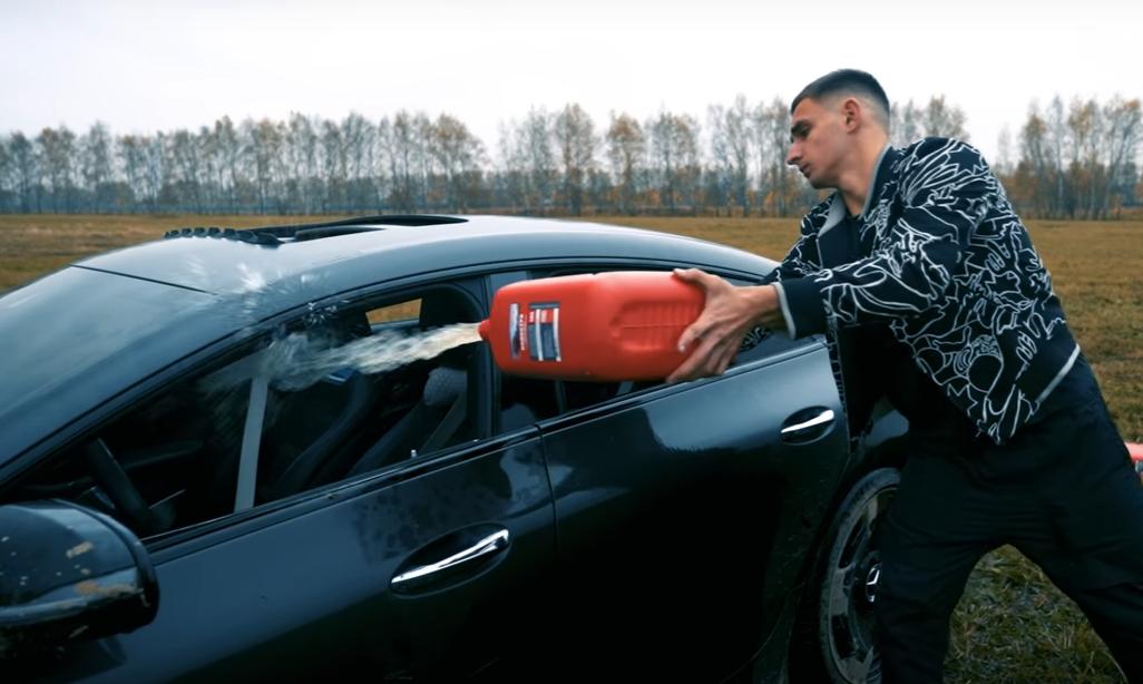 20-летний российский блогер сжег Mercedes стоимостью 13 миллионов рублей: видео