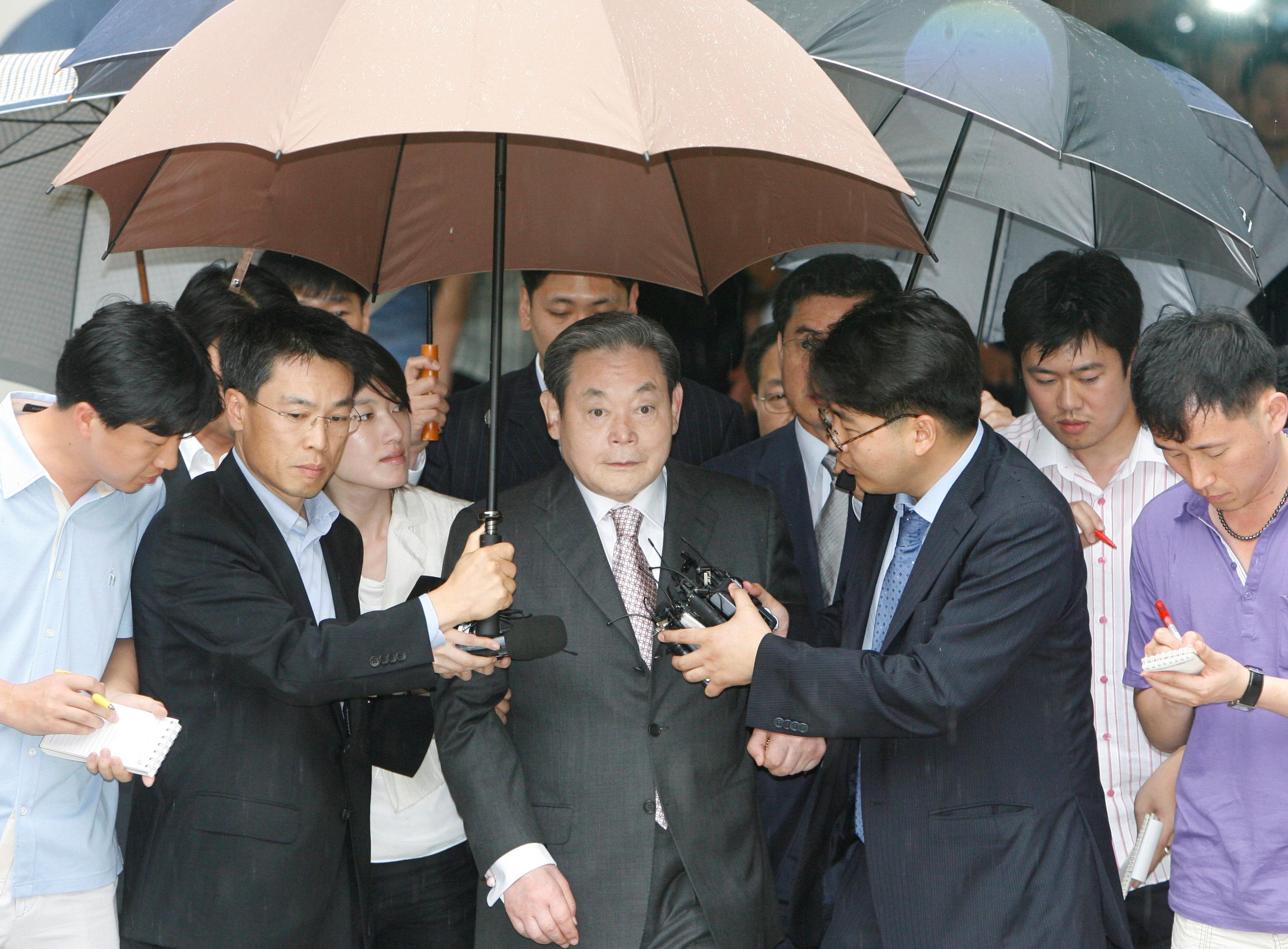 Умер глава концерна Samsung Ли Гон Хи