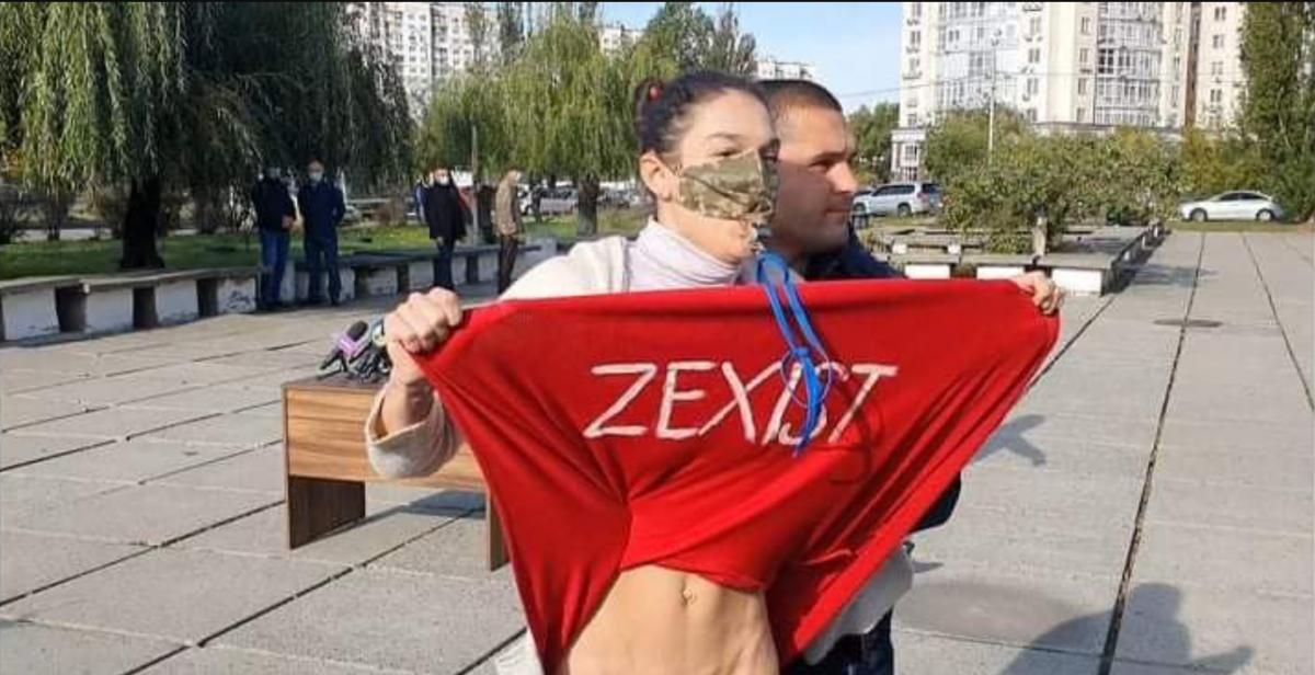 Полиция задержала женщину, задравшую юбку перед Зеленским у избирательного участка