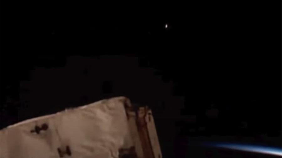 В сети распространили видео с неизвестным летающим объектом