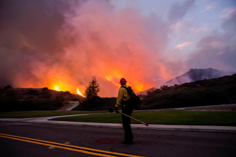 В Калифорнии эвакуируют 100 тысяч человек из-за новых пожаров