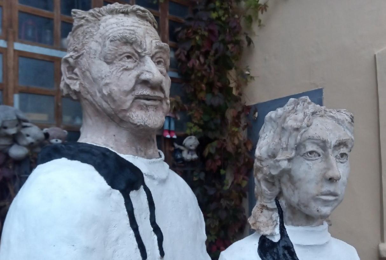 Пенсионер установил в Калуге памятник врачам, пострадавшим от COVID-19