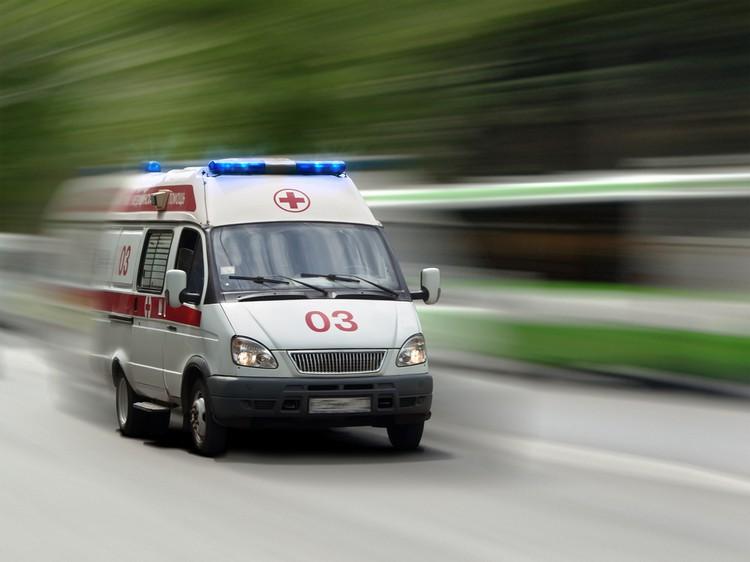 """Врачи """"скорой помощи"""" Омска привезли больных с COVID-19 к зданию Минздрава"""