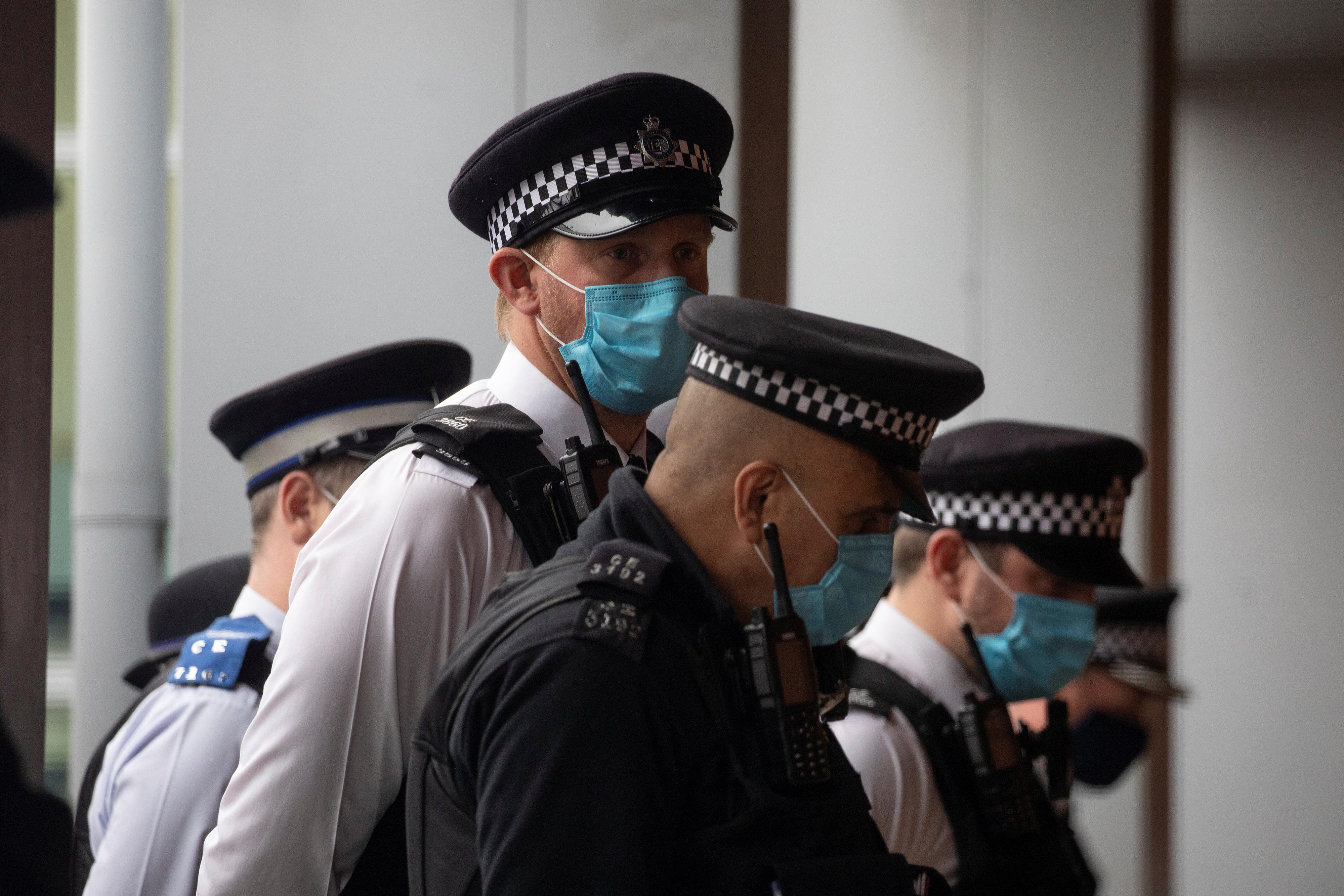 Британская полиция пообещала врываться на рождественские вечеринки