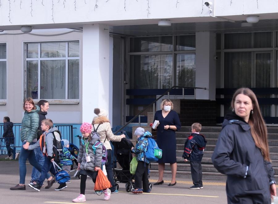 Российских учителей будут вакцинировать добровольно