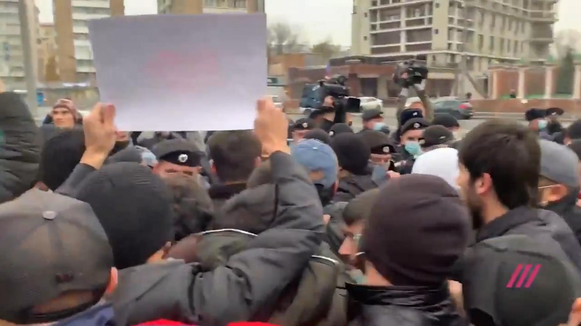 Полиция разогнала исламский пикет у посольства Франции в Москве
