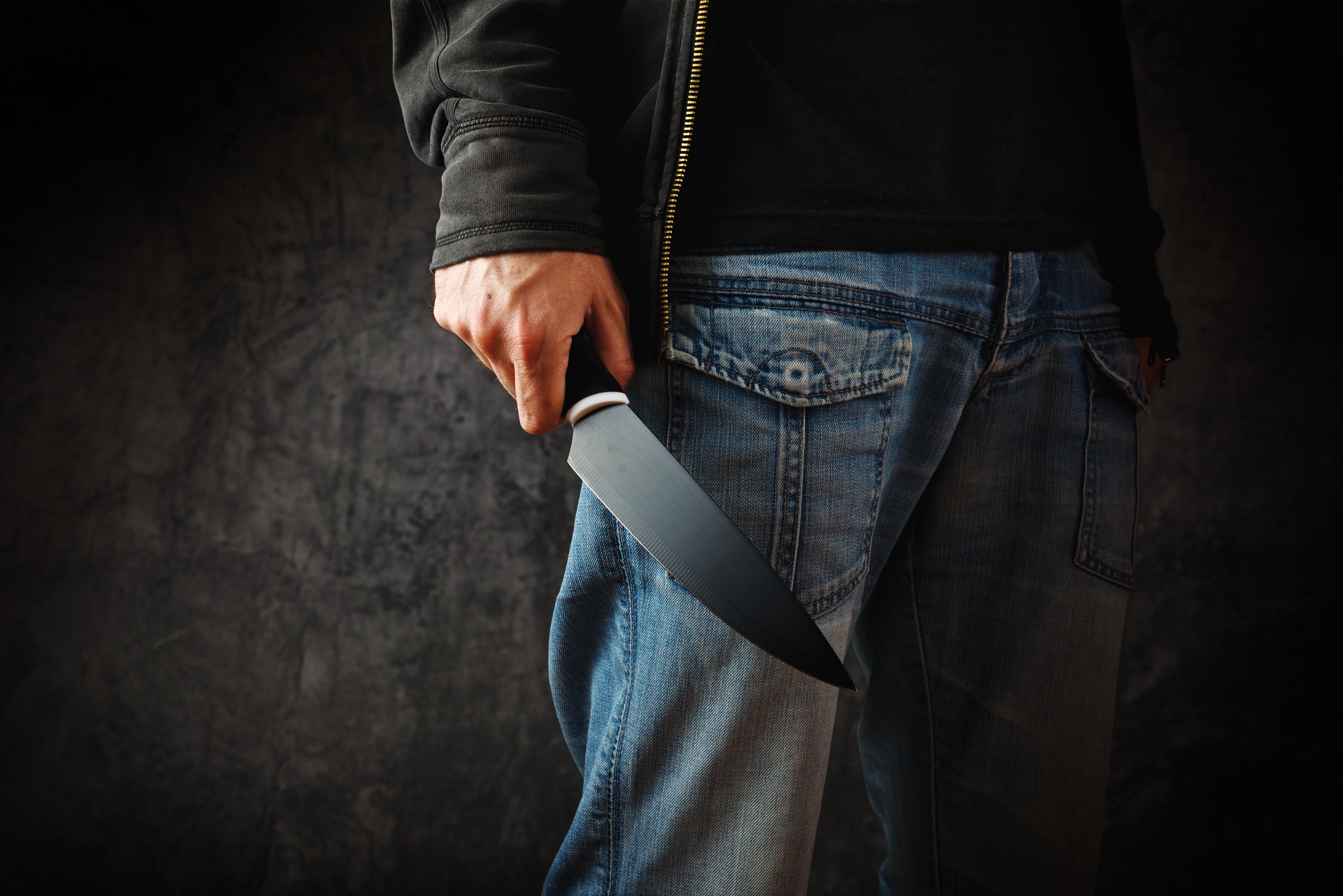 Reuters: полиция в Париже задержала вооруженного ножами мужчину