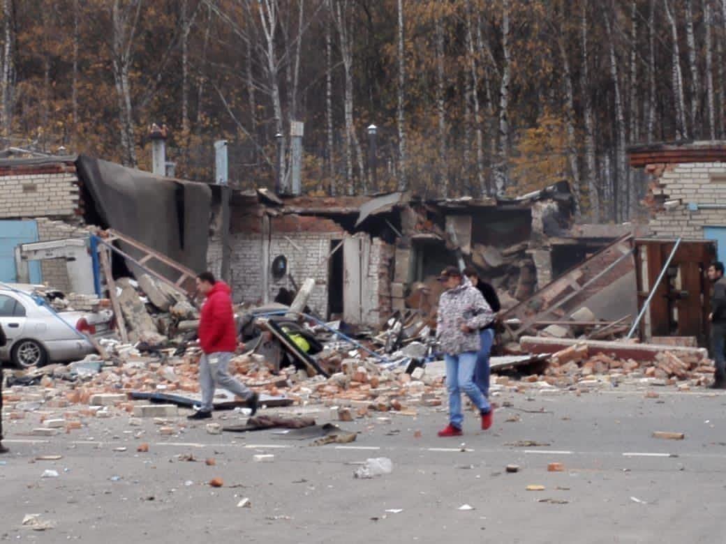 После взрыва в гараже в Мытищах завалило троих человек