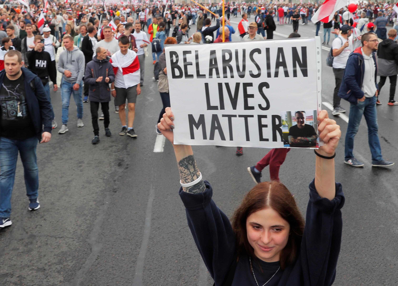 В Минске перед колонной протестующих ОМОН сделал предупредительные выстрелы