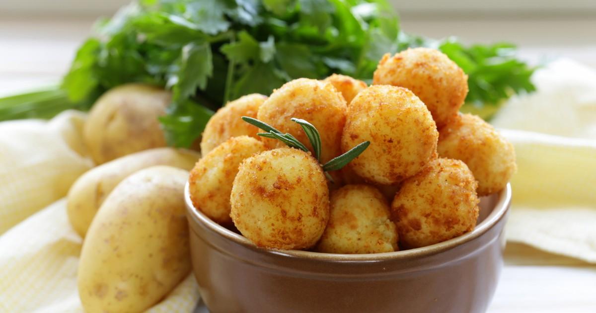 Фото Картофельные шарики, иногда называемые также крокетами, – удивительно вкусная горячая закуска, которая может быть как изысканным фаст фудом.