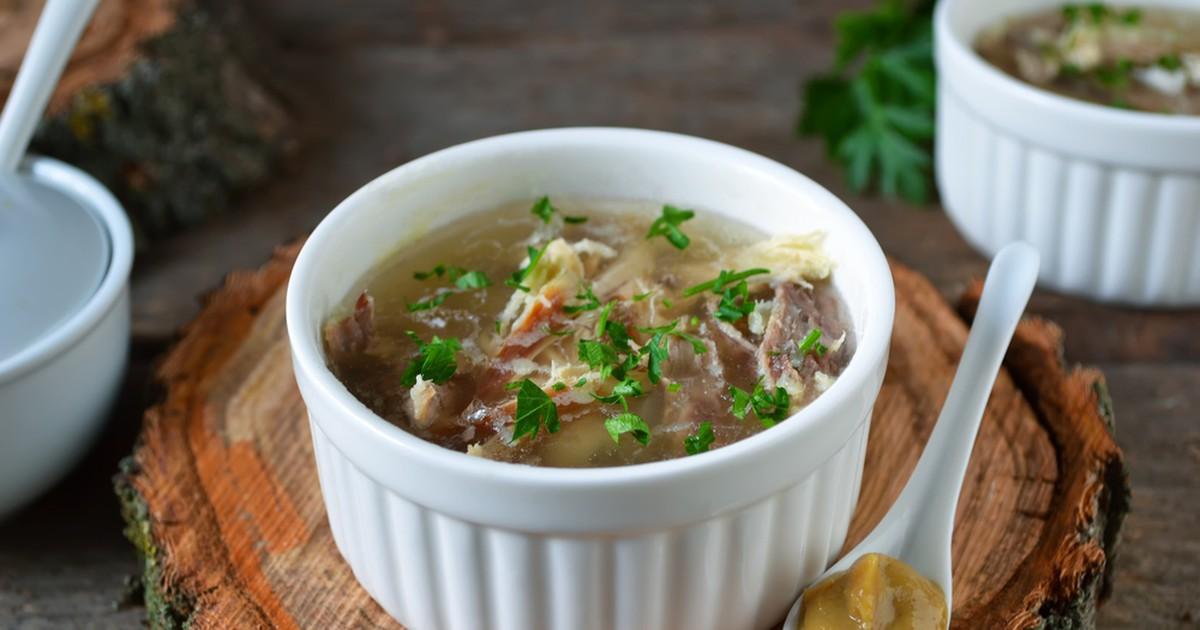 Фото Холодец обычно готовят из свинины, однако эту вкусную закуску можно выполнить и из других продуктов. Отличным вариантом будет холодец из курочки.